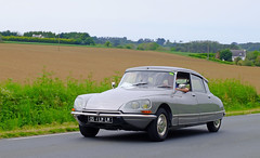 CITROEN DS (claude.lacourarie) Tags: old classic car vintage automobile tour citroen ds bretagne motorbike motorcycle rallye motos ancien motocicleta motocycle vehicule motorrad tdb classique finistere  2016  abva bromfiets twowheels  deuxroues
