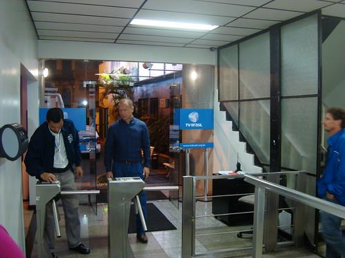 Mano Menezes chegando aos estúdios da TV Brasil