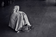 Waiting for the Train (lukas kozmus) Tags: portrait woman india white black station train photography 50mm photo waiting asia asien sitting foto fotografie minolta sony picture pic covered lukas f22 mm alpha frau bild 50 700 indien schwarz 2012 waitingforthetrain weis a700 verhüllt kozmus lukaskozmus