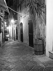 Siracusa_245_1718 (Dubliner_900) Tags: bw monochrome nightshot olympus sicily bianconero sicilia siracusa biancoenero ortigia notturno siracuse micro43 handshold mzuikodigital17mm118 omdem5markii