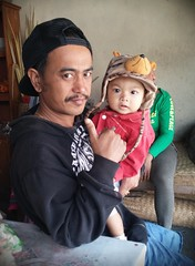 (scinta1) Tags: bali man hat indonesia village child caldera kampung hindu lakebatur keluarga danaubatur balinese asli kintamani 2015 desa gunungbatur mountbatur kedisan baturbaguscottage