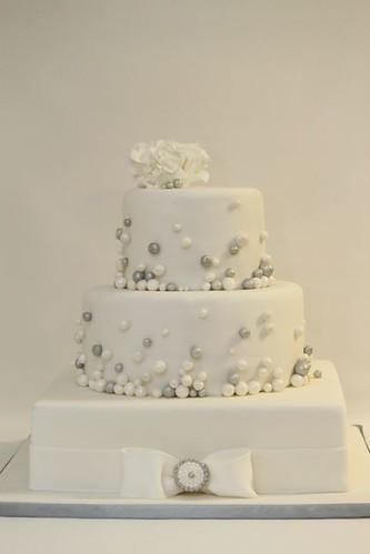 elegante Hochzeitstorte weiß-silber - a photo on Flickriver