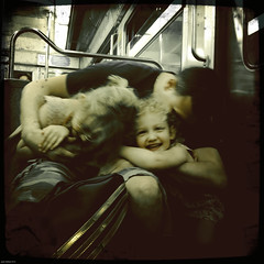 PAPA POULE (jean-fabien) Tags: girls portrait paris france 6x6 kids underground subway square dad metro tube smartphone papa medium enfants childs fillettes 500x500 ligne9 iphoneography hipstamatic iphone4s