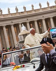 Viva il papa! (Paolo Polesana) Tags: pope vatican fountain hail square catholic columns saints peter papa applause saintpeter
