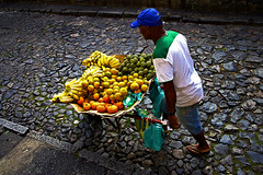 Fruit Seller - So Salvador da Bahia (Alessandro Sansoni -->As-Imaging<--) Tags: travel summer brazil panorama colour praia rio fruit canon de photography do colore janeiro natural pano social bahia salvador imaging forte sansoni reportage alessandro basile bahiana documentario naturalistica documentaristica documentaray asimaging mangowave