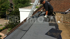 """Dakdekker: Dakdekker Ridvan is begonnen met het aanbrengen van een nieuwe laag bitumineuze dakbedekking """"Uniegum 470 K24"""" op platte dak van het dakkapel in Maarssen"""