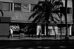 Disponible, #Valencia (Amselchen) Tags: street city shadow people bw valencia mono blackwhite spain fuji fujifilm lightshadow fujinon lightandshadow xt10 xc1650mmf3556oisii