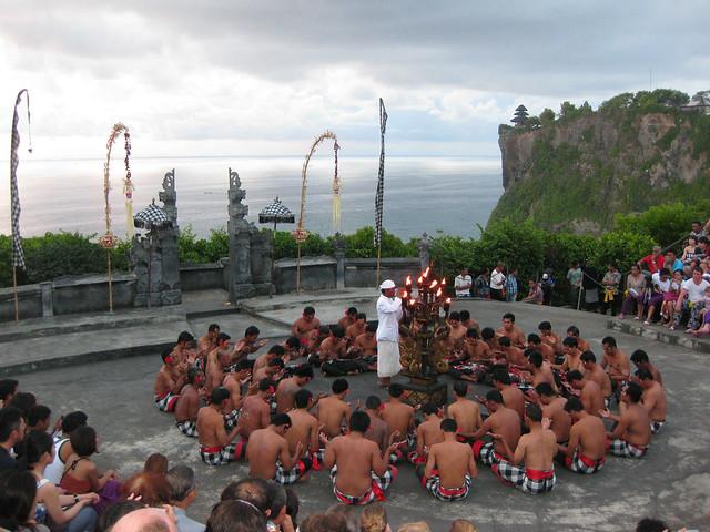ウルワトゥ寺院でケチャックダンスとロブスターディナー