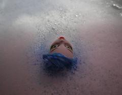 se laisser aspirer (le regard ailleurs) Tags: pink blue red white water rose toy rouge eyes eau doll bubblebath lips yeux plastic bleu foam bain submerged blanc bulles mattel jouet mousse plastique froth lvres poupe aphoto superbus asong lifeinplastic unephoto unechanson ghoulia immerge monsterhigh leregardailleurs selaisseraspirer letbeaspirated camousse