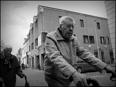 Deventer (NL) - 2016/05/16 (Geert Haelterman) Tags: blackandwhite white black holland monochrome candid nederland streetphotography olympus zwart wit deventer geert streetshot photoderue straatfotografie photographiederue fotografadecalle strassenfotografie fotografiadistrada haelterman omdem10