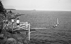 Simhopp (Lnsmuseet Gvleborg) Tags: girls blackandwhite bw boys vintage seaside rocks bad trampoline gvle 1942 bathing pike pik trampolin svartvitt simhopp pojkar flickor havsbad gstrikland badplats swimjump klippbad badstlle