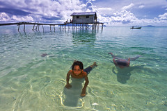 Tropical Dive_Sibuan island (Semborna, Malaysia) (spintheday) Tags: sea cloud house kids children fun island boat diving clear malaysia splash fishingvillage canonefs1022mmf3545usm badjao bajau seaborne canoneos7d badjaw sibuanisland semborna