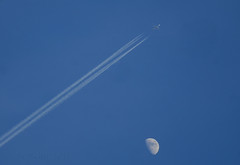 Fly me to the Moon. (Longreach - Jonathan McDonnell) Tags: sky moon contrail boeing boeing747 flyover jettrail dsc0212