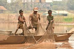 DSC_6765 (Omar Rodriguez Suarez) Tags: net children fishing cambodia mud nios hardwork barro pescadores floatingvillage camboya hardlife
