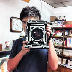 . (Da✞a) Tags: camera me data graflexspeedgraphic iphone4 呆塔 schneiderxenotar150mmf28