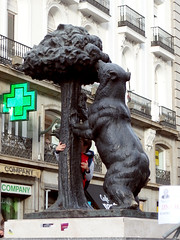 Sculpture in Madrid: The Bear and the Strawberry Tree - El Oso y El Madroño, on the Plaza de la Puerta del Sol (1) (Phil Masters) Tags: madrid bear sculpture strawberrytree puertadelsol 20thdecember elosoyelmadroño plazadelapuertadelsol bearsculpture elosoyelmadrono bearandtree madridsymbol thebearandthestrawberrytree madridcoatofarms december2015 bearandstrawberrytree