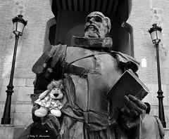 Cervantes con su amiga Leoncia en Toledo, Espaa. (Caty V. mazarias antoranz) Tags: friends espaa amigos libertad spain arte humor esculturas kisses estatuas muecos descanso extrao bromas noalaviolencia inspain pueblosdeespaa ciudadesdeespaa jugandoconlafotografa