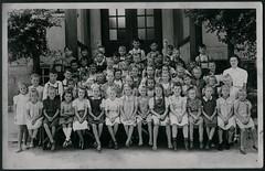 Archiv E608 Schule Welzheim, 1930er (Hans-Michael Tappen) Tags: 1930s outfit braces outdoor apron barefoot braids schule schülerinnen schüler lederhose kleidung lehrerin haarschnitt schürze zöpfe hosenträger 1930er welzheim barfus koedukation archivhansmichaeltappen
