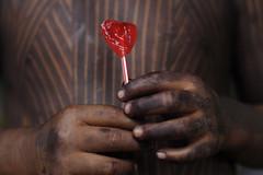 Índia Kayapó (Lucille Kanzawa) Tags: hands criança lollypop mãos pirulito bertioga índio indigenouspainting pinturaindígena índiakayapó festivalnacionaldaculturaindígena2012