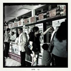 En una farmacia (hapePHOTOGRAPHIX) Tags: américadelnorte ciudaddeméxico coyoacán distritofederal laciudaddeméxico mexico mexicocity mexiko mexikostadt méxico nordamerika northamerica ciudad hapephotographix iphone iphoneography stadt strasenszene streetphotography urban hauptstadtdistrikt 484urb 484mex 999peo 484def 999str 999sld dsplyys