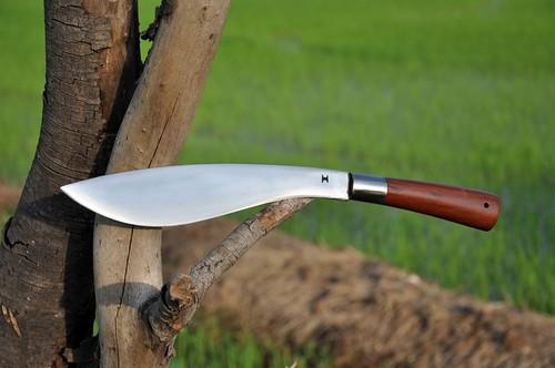 ใบมีดทำมาจากเหล็กตลับลูกปืนขัดมันยาว 11 นิ้ว