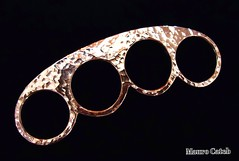 Copper brass knuckles (MAURO CATEB) Tags: ring rings weapon copper cobre knuckles arma anel metalsmithing jeweler coppersmithing joia anis joias joalharia bluntweapon joalheria knucks armabranca joalheiro knuckledusters socoingls brassknukles brassknucks soqueira copperobjects objetosdecobre