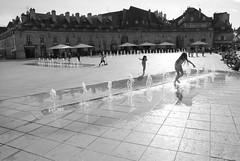 Salta! (Enri_queta) Tags: agua nikon dijon fuente nios verano juego calor d3000