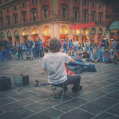 Il pubblico  tutto tuo (Kumo Moku) Tags: street people apple strada phone gente persone cellulare bologna artista musicista emiliaromagna piazzadelnettuno ipodtouch suonatoredistrada hipstamatic
