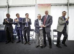 El Presidente y CEO, Gregg Sherrill entrega el trofeo a Javier Fernndez (Ayuntamiento de Ermua  Ermuko Udala) Tags: monroe bizkaia ermua ibrica tenneco javierfernndez carlostotorika greggsherrill