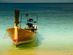 Fisherman (raspu) Tags: thailand island boat fisherman paradise barco ship phi maya buddha buddhist tailandia olympus ko thai budist isla paraiso pescador bote raspu