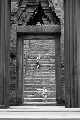 Going down (Balthear) Tags: travel lake silhouette children landscapes cambodia southeastasia khmer monk angkorwat unesco worldheritagesite peoples temples tonlesap basrelief rayoflight siamreap ancientruins streetsphotography canon500d