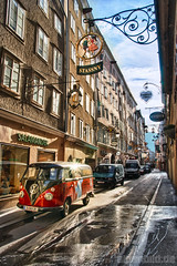Getreidegasse mit Bully - expl..447 (alpenbild.de) Tags: city morning sun house salzburg window sign austria österreich fenster haus schild stadt sonne morgen hdr morgens photomatixpro 阳 salzburgcity alpenbildde