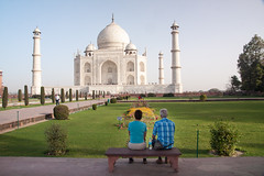 [ tourists ] ([ chang ]) Tags: people india white blanco monument look person view monumento tajmahal agra bianco guardare       wwwriccardoromanocom