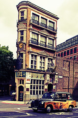 "Black Friar Tavern and painted London cab • <a style=""font-size:0.8em;"" href=""http://www.flickr.com/photos/44919156@N00/7358804936/"" target=""_blank"">View on Flickr</a>"