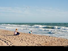 Luz de playa (Ricardo I.V.) Tags: luz gente playa andalucia cadiz nio gaviota