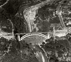 Anglų lietuvių žodynas. Žodis suspension-bridge reiškia n kabantis tiltas lietuviškai.