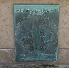 """Rochefort, Charente-Maritime: sur la fontaine de la place Colbert, """"nous sommes deux soeurs jumelles nées sous le signe des gémeaux"""". (Marie-Hélène Cingal) Tags: france southwest twins 17 rochefort catherinedeneuve sudouest charentemaritime poitoucharentes françoisedorléac twozweideuxduedva2"""