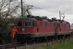 Manver mit SBB Lokomotive Re 4/4 III 11365 und SBB Re 4/4 II 11308 am Bahnhof in Mntschemier im Kanton Bern in der Schweiz (chrchr_75) Tags: train de tren schweiz switzerland suisse swiss eisenbahn railway zug sbb april locomotive re christoph svizzera chemin 44 moos centralstation fer 2012 locomotora tog ffs 1204 juna bundesbahn lokomotive grosses lok ferrovia spoorweg suissa locomotiva lokomotiv ferroviaria cff  re44 locomotief chrigu  rautatie  schweizerische zoug trainen