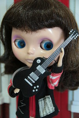 30 Dias de Florence | #18 Instrumento (Mari Assmann) Tags: 2003 florence doll guitarra fringe plastic blythe   brunette boneca bangs takara jouet mueca plstico poupe fapa  ebl 600d fancypansy takaratomy sooc 18135mm liccabody neoblythe nessamax  canont3i truex3 ummsdeblythe 30diasdeflorence