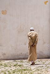 Introspecci (Dani Alvarez Caellas) Tags: street man home photography back nikon walk candid morocco maroc espalda caminar marruecos hombre marroc andar eljadida  esquena d3000 danialvarez