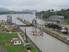 """Canal de Panama: il n'y a pas que des gros bateaux qui passent par le Canal de Panama; il y a aussi des voiliers... <a style=""""margin-left:10px; font-size:0.8em;"""" href=""""http://www.flickr.com/photos/127723101@N04/27236742792/"""" target=""""_blank"""">@flickr</a>"""