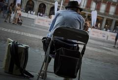 Tiempo (Rumbertu) Tags: madrid sentado wait plazamayor patience msico observar acorden lookstraight