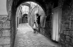 Trani - Alley (FeliX (T)) Tags: street leica alley streetphotography vicolo puglia leicam6 trani summicron35mm