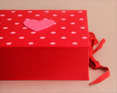 Caixa vermelha (Zoopress studio) Tags: red box feitoàmão artesanal craft vermelho fabric gift caixa dots detalhes tecido giftbox boxmaking pinkandred zoopress handmadebox cartonagem zoopressstudio vermelhoerosa