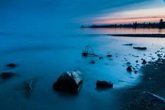 Heure bleue sur le Lman - Blue hour on Geneva Lake (2) (DeGust) Tags: blue sunset lake water colors night schweiz switzerland see evening abend nikon eau wasser europe sonnenuntergang suisse couleurs lac lausanne bleu blau vidy svizzera soir nuit nocturne coucherdesoleil farben vaud genevalake laclman romandie genfersee leefilter nchtlich d700 06nd nikkor2470mmf28 09ndsoftgrad gustavedeghilage