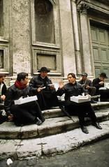 Priester beim Pizzasnack, Rom