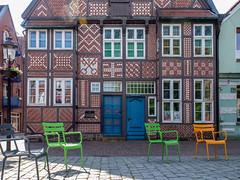 Bunte Sthle vor Buntmauerwerk (RaiLui) Tags: door museum pattern ornament tr muster halftimbered fachwerk altesland buxtehude fassadenschmuck buntmauerwerk