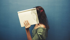 Bocetos anhelan cuadros (Ibai Acevedo) Tags: muro girl azul wall portraits chica perfil draw dibujo boceto