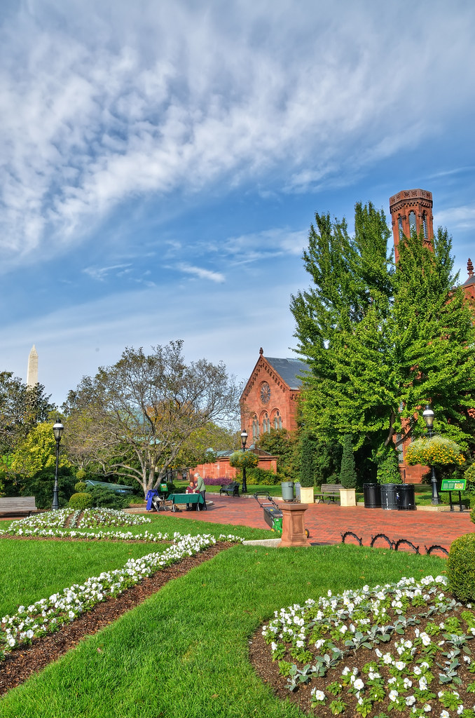 Enid A. Haupt Garden behind the Smithsonian Castle / 史密森尼城堡的後花園