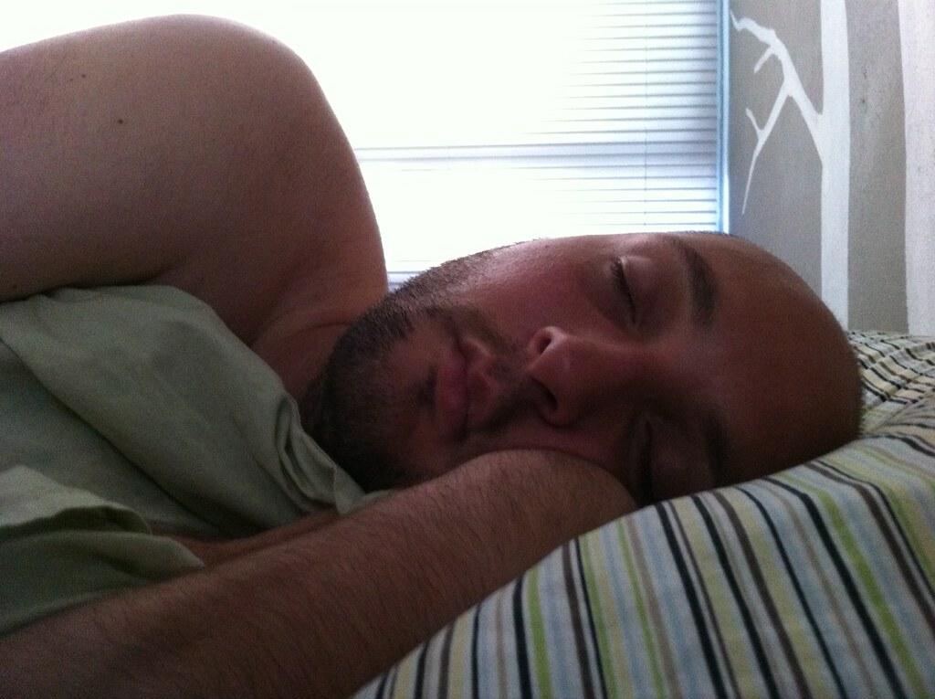 Macho peludo posa desnudo - PORNO GAY GRATIS